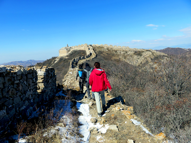 Heading for a high up tower that is positioned for its long views north - Zhenbiancheng Great Wall Loop, 2017/2/25