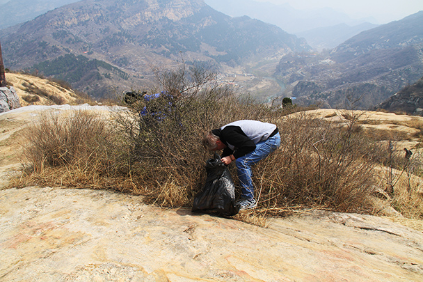 Clearing out the area, Beijing Hikers Earth Day Clean up, 2013/04/21