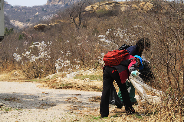 Cleaning up more of the plastic, Beijing Hikers Earth Day Clean up, 2013/04/21
