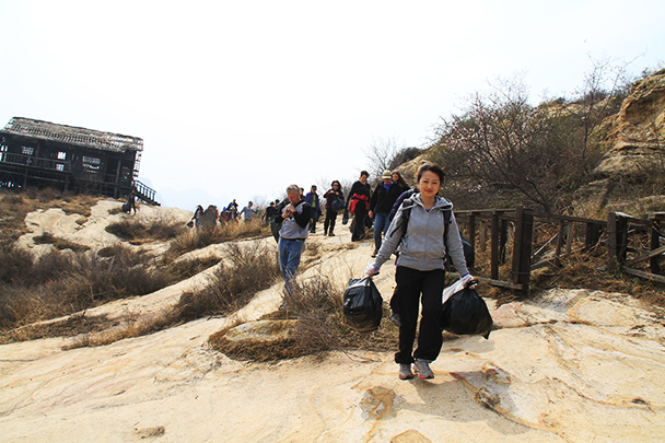 take out the trash, Beijing Hikers Earth Day Clean up, 2013/04/21