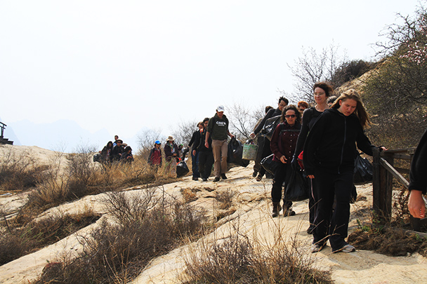 Carrying out the litter, Beijing Hikers Earth Day Clean up, 2013/04/21