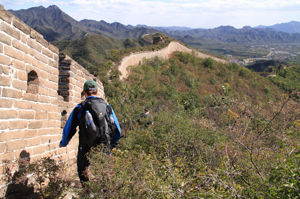 Following the wall down through the brush - Walled Village to Huanghuacheng Great Wall, 2015/10/09