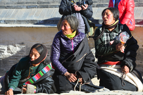 More onlookers. Many of the visitors are pilgrims from other regions - Labrang Monastery and Tibetan New Year, 2016/02