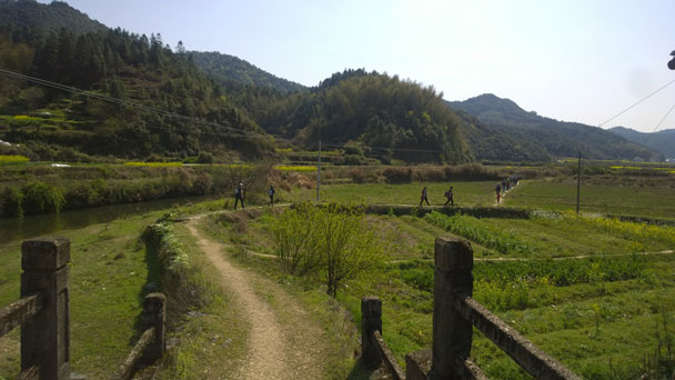 Hiking over to the next village - Wuyuan, Jiangxi Province, 2016/03