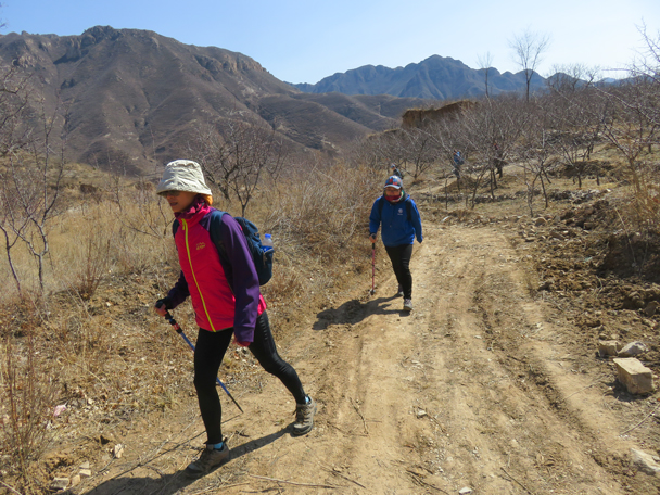 Further on, we followed dirt trails through farmland - Shuitou Village Loop hike, 2016/03/26