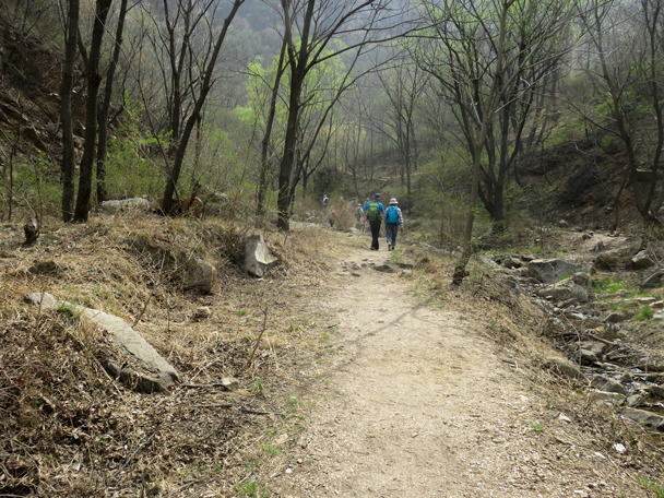 To finish, we followed trails up a long valley - Longquanyu Great Wall, 2016/04/09