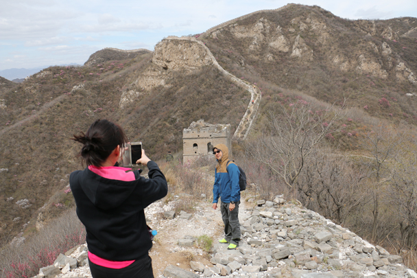 Good spot for a photo. The wall here is higher up, and you can see that the trees haven't yet started to get green like those we saw lower down the hill - Stone Valley Great Wall Loop, 2016/4/16