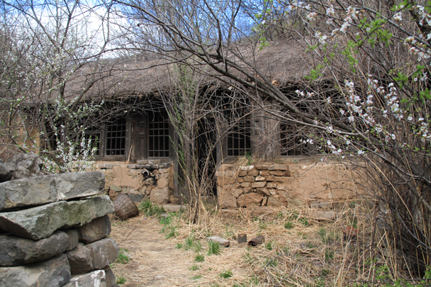 An abandoned farm house - Hemp Village to Gubeikou Great Wall, 2016/4/17