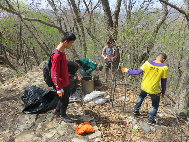We decided that if the park crew weren't going to carry out the rubbish, we would - Great Wall clean up hike for Earth Day, 2016/4/23