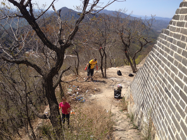 Getting to work - Great Wall clean up hike for Earth Day, 2016/4/23