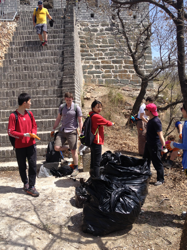 The big bags are filling up already - Great Wall clean up hike for Earth Day, 2016/4/23