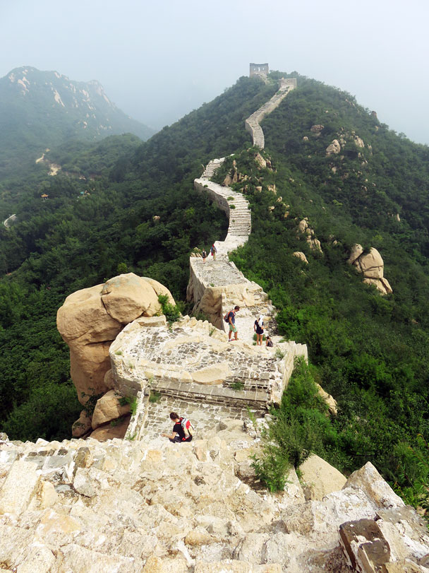 The wall passes bouldery cliffs. In these boulders you can spot where chisels were used to break off the big blocks of rock that were used in the foundations of the wall - Longquanyu Great Wall to the Little West Lake, 2016/08/10