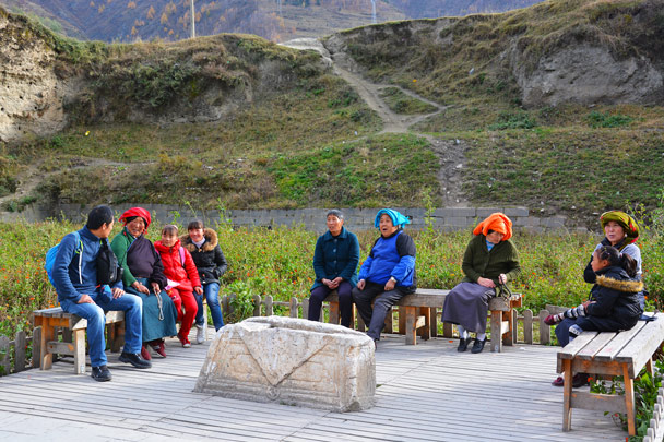 Yanjing is having a chat with some local ladies - Jiuzhaigou and Huanglong National Parks, Sichuan, 2016/11