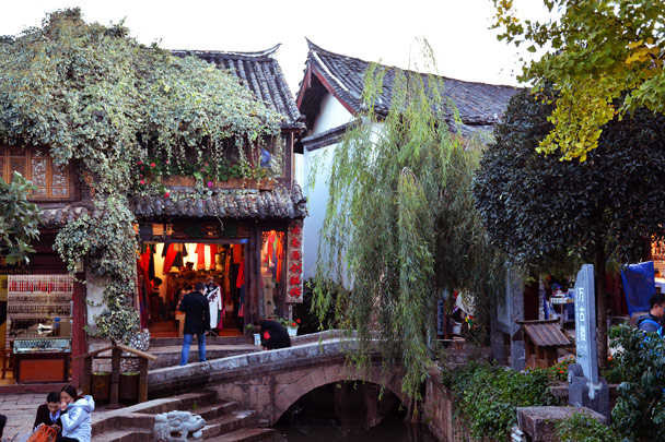 One of the old bridges over the canals of Lijiang old town - Lijiang and Shangri-La, Yunnan Province, November 2016