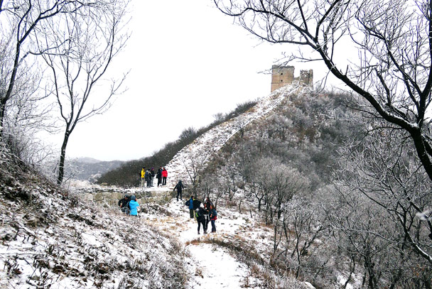 Snow covers the ground at a dip in the wall - Stone Valley Great Wall snow hike, 2017/01/07