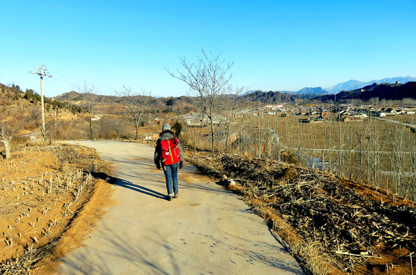We followed a concrete path that took us up to the railway sidings and then up to another short stretch of Great Wall - Gubeikou West Circuit, 2017/1/14