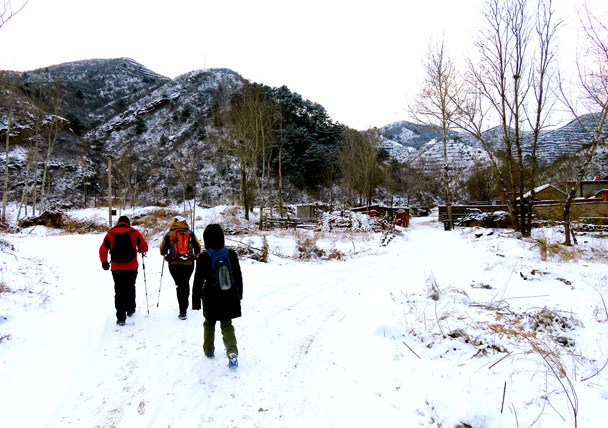 We usually tie a lot of red ribbons to mark the trail – no need today, as our footprints were the only ones to be seen in the snow - Hemp Village to Jinshanling Great Wall, 2017/1/15