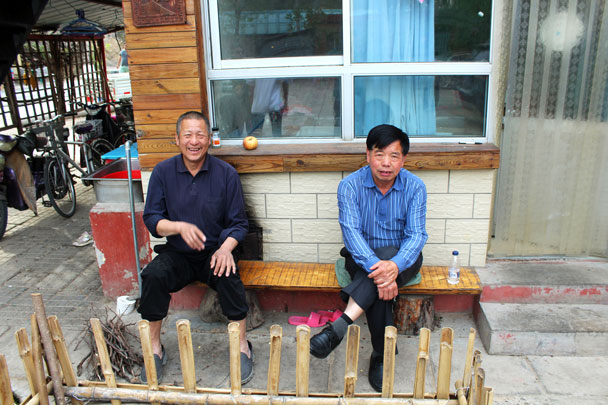 Old Mr Wang from the restaurant, and Old Mr Ye, our bus driver - Walled Village to Huanghuacheng Great Wall, 2017/4/22