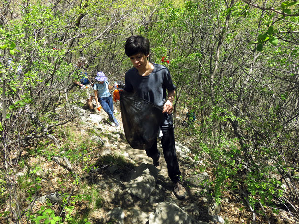 Filling up the bags - Earth Day clean up hike at the Jiankou Great Wall, 2017/4/23