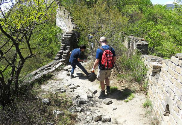 Picking out some bottles and wrappers - Earth Day clean up hike at the Jiankou Great Wall, 2017/4/23