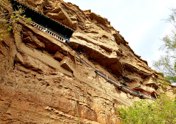 Built on the cliffs, it's very similar to the Hanging Temple near Datong - Qinghai Lake, Kumbum Monastery, and the Gangshika Snow Mountain, Qinghai Province, 2017/05