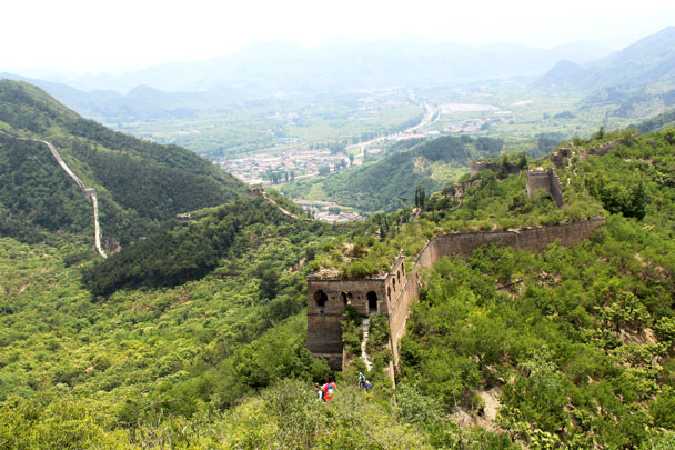 We'd hike down through the towers, aiming for the dip in the hills to the left of the photo - Walled Village to Huanghuacheng Great Wall, 2017/6/3