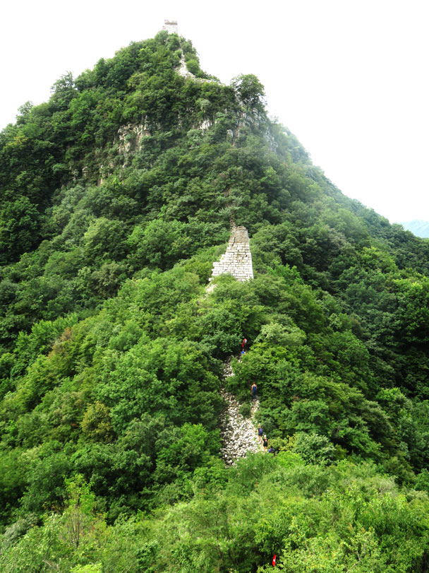 Our trail goes around to the side of the big cliffs. We did say this was a Level 3 hike – no need for rock climbing - Jiankou 'Big West' Great Wall, 2017/7/27