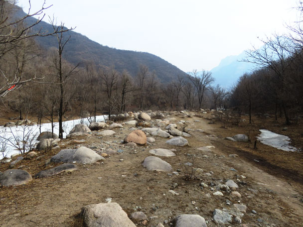 The main trail was beside the river, with a lot of crossings - Yudu Mountains and Sujia River, 2018/03/03