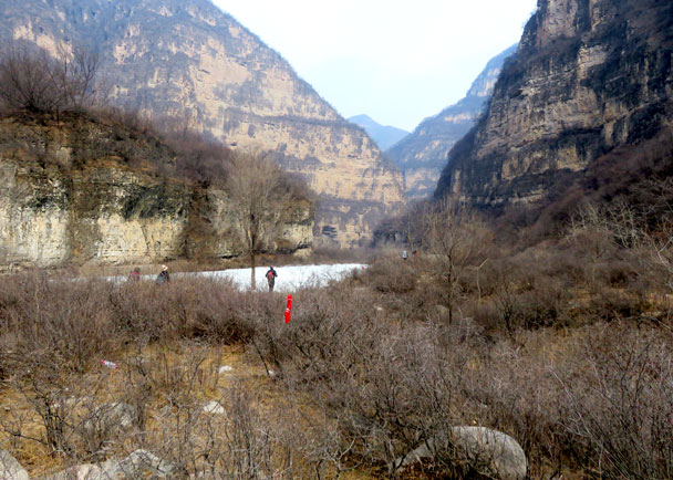 We continued down the river valley. The further we went, the higher the cliffs - Yudu Mountains and Sujia River, 2018/03/03