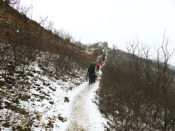 We usually tie red ribbons to mark the trail. No need today – just follow the footprints - Gubeikou to Jinshanling snow hike, 2018/03/17