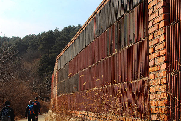 A surplus of roof tiles were used to make this wall - Rolling Hills hike, 2018/03/18