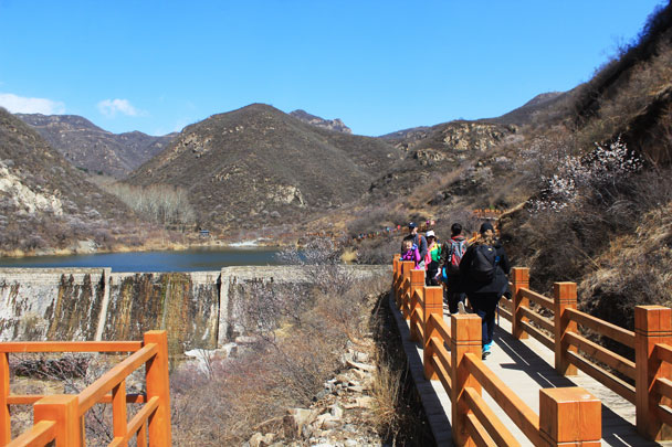 A boardwalk by the reservoir - Girl Scouts hike at Changyucheng, 2018/04/14