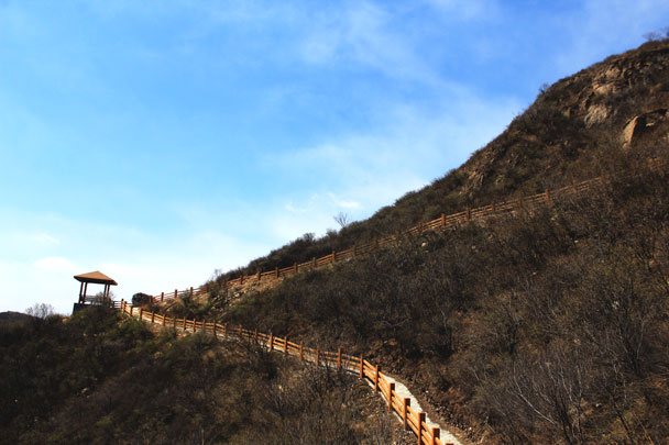 A zigzagging trail on the hill - Girl Scouts hike at Changyucheng, 2018/04/14