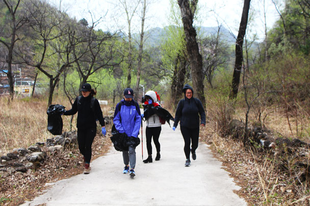 The wind was strong and chilly at the beginning - Earth Day clean up hike at the Jiankou Great Wall, 2018/04/22