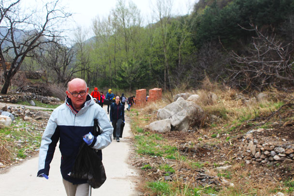 Watching with focus on roadside looking for trash - Earth Day clean up hike at the Jiankou Great Wall, 2018/04/22