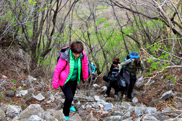 Walking carefully with a big bag of trash in hand - Earth Day clean up hike at the Jiankou Great Wall, 2018/04/22