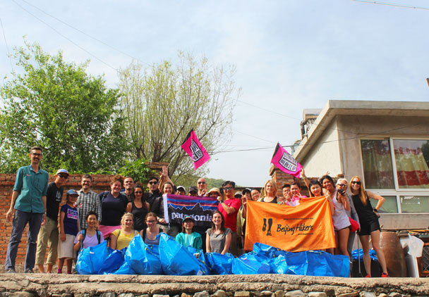We raised our flags over all the rubbish we brought down. Big thanks to the clean up team, Gung Ho, Patagonia, and other sponsors! - Waste-Free Wall clean up hike with Gung Ho and Patagonia, 2018/06/03