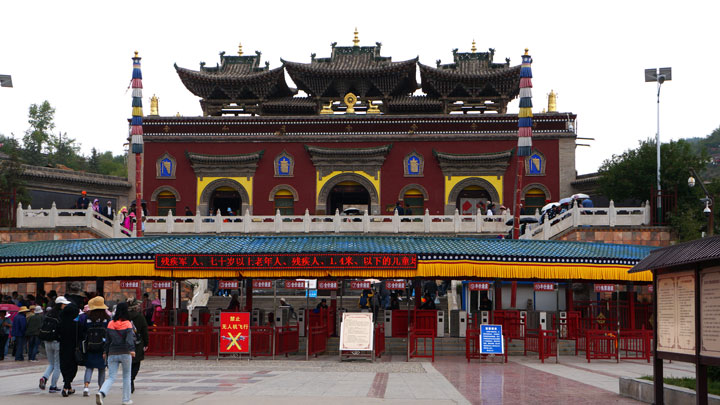 The entrance to Kumbum Monastery