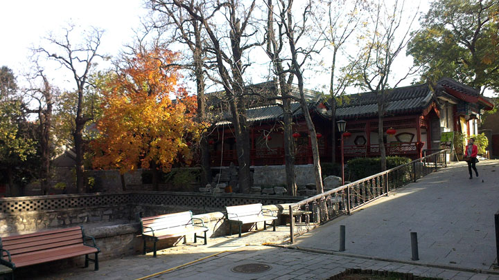 The courtyard inside the gate of Dajue Temple