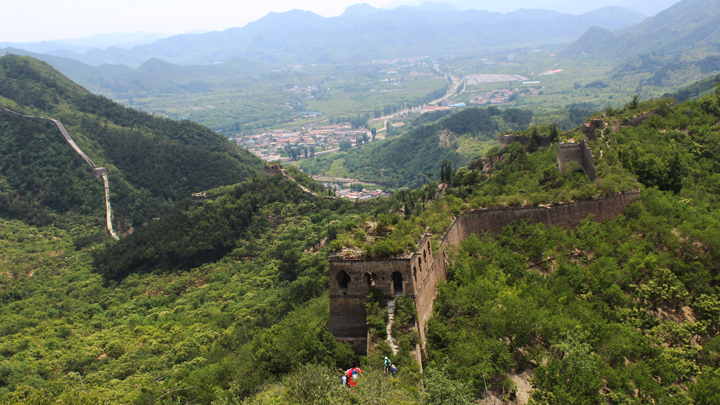 Hiking on the unrepaired section of the Great Wall at Huanghuacheng