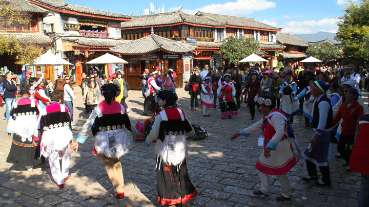 Folk dances in Lijiang's town square