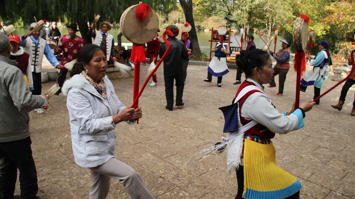 Folk dances in Lijiang's Black Dragon Pool park