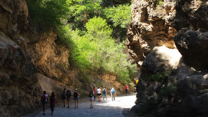 A walk near the village passes through 'Yi Xian Tian', a narrow ravine