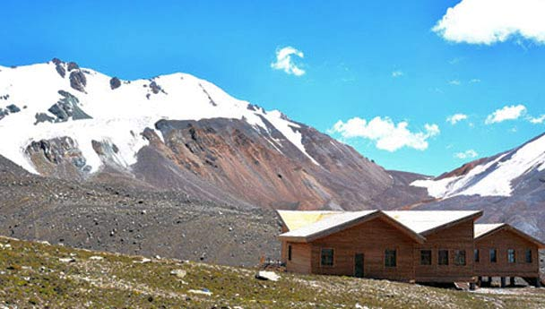Huts below the Gangshika Snow Mountain