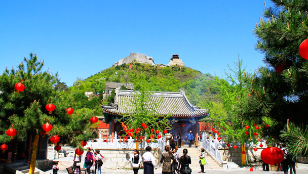 Yajishan Temples, Pinggu | The two temples on the peak of Yajishan, seen from the entrance of the middle temple