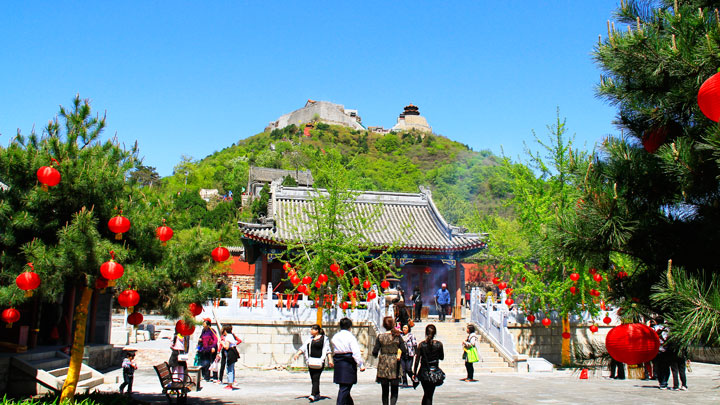 The two temples on the peak of Yajishan, seen from the entrance of the middle temple