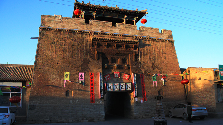 An ancient gate in Nuanquanzhen, previously the site of the 'dashuhua' performances